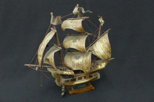 木製の帆船模型の画像