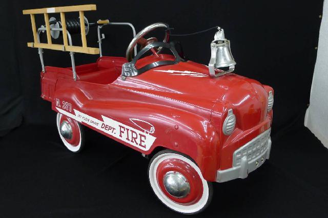 消防車のペダルカーの画像
