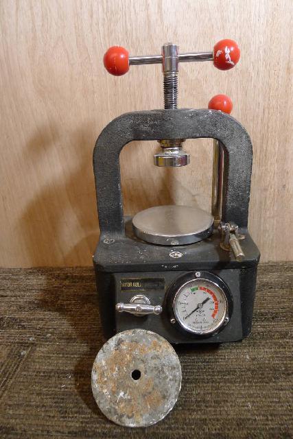 油圧プレス機の画像