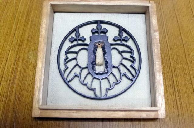 桐紋透かし鍔の画像